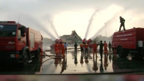 Las autoridades de esta ciudad disparan agua al aire para frenar la contaminación