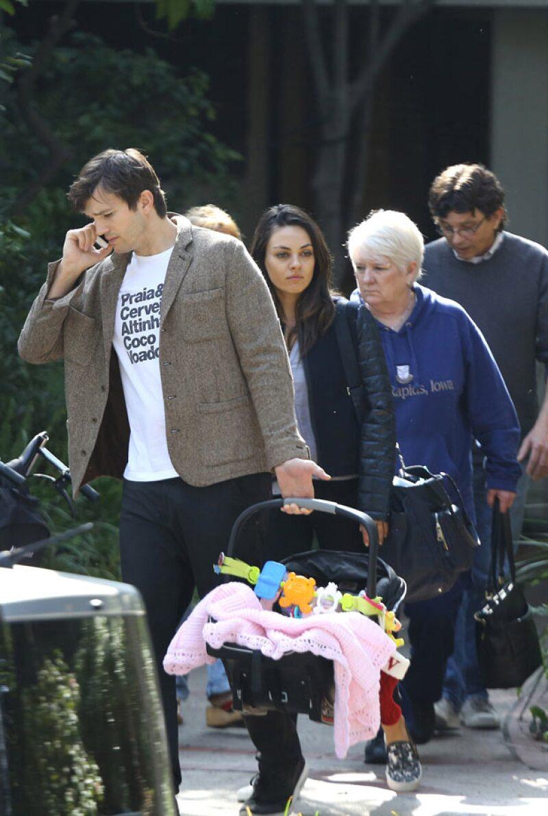 Ashton Kutcher atendió una llamada en su celular durante el paseo, en el que fueron acompañados por los padres de Mila.