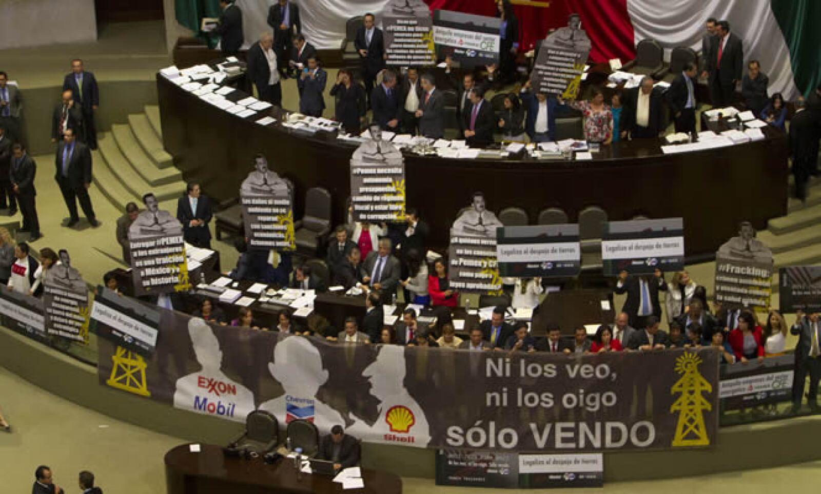 Los legisladores del PRD colocaron una tribuna con la frase 'Ni los veo ni los oigo', atribuida al expresidente Carlos Salinas, y las siluetas en alusión a empresas extranjeras de energía.