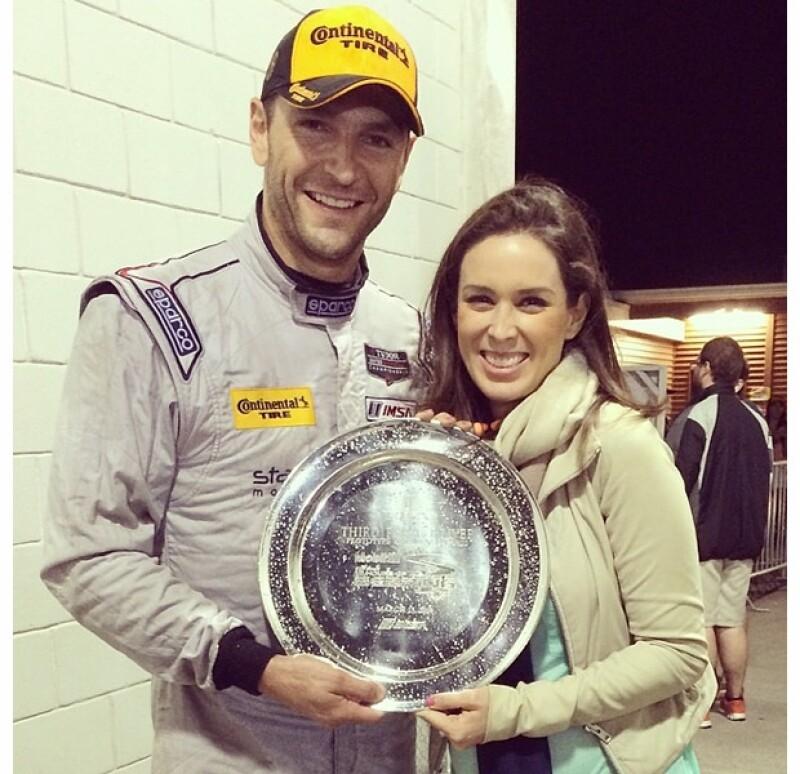 Martín y Jacky recibiendo el trofeo en el podio de la importante compentencia automovilística.