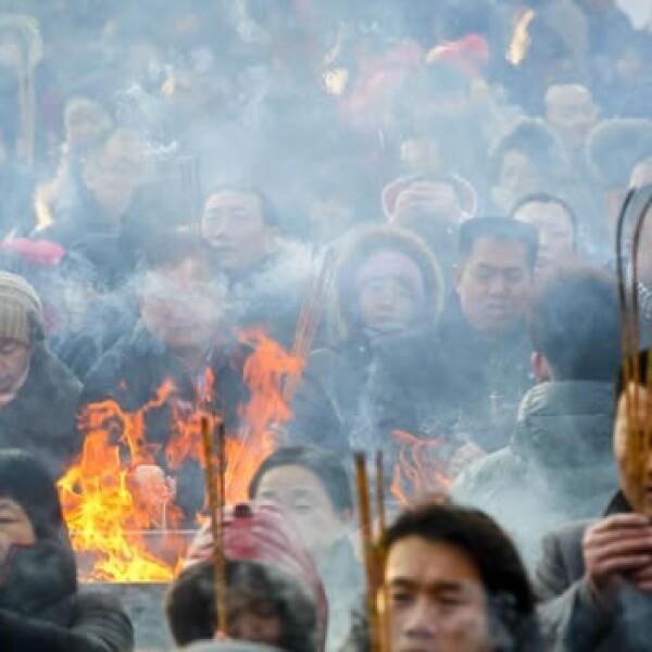 chinos queman incienso  para pedir buena suerte
