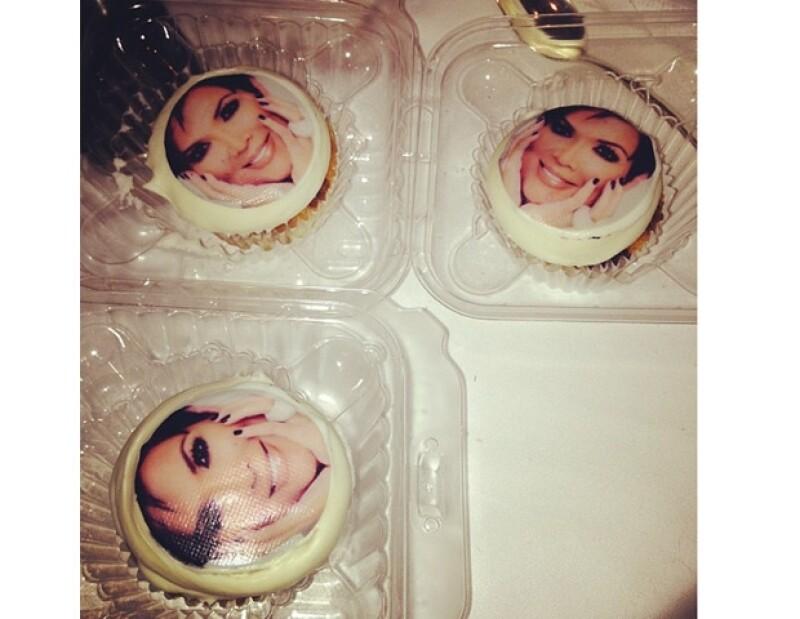 Además del pastel, Kris también recibió cupcakes con su foto.
