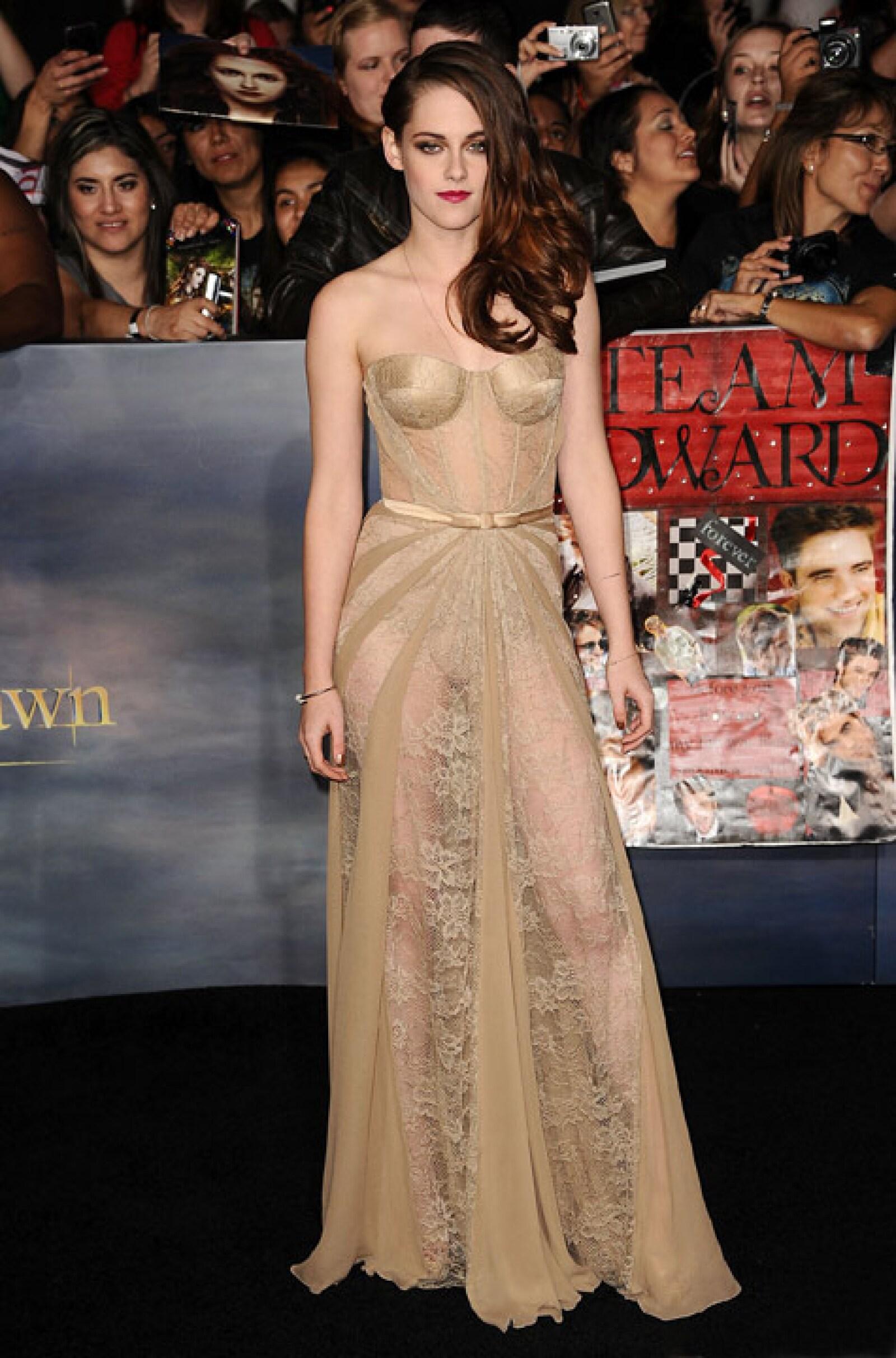 Un día antes, en Los Ángeles, Kristen arribó a la alfombra roja deslumbrante en un vestido transparente de Zuhair Murad.