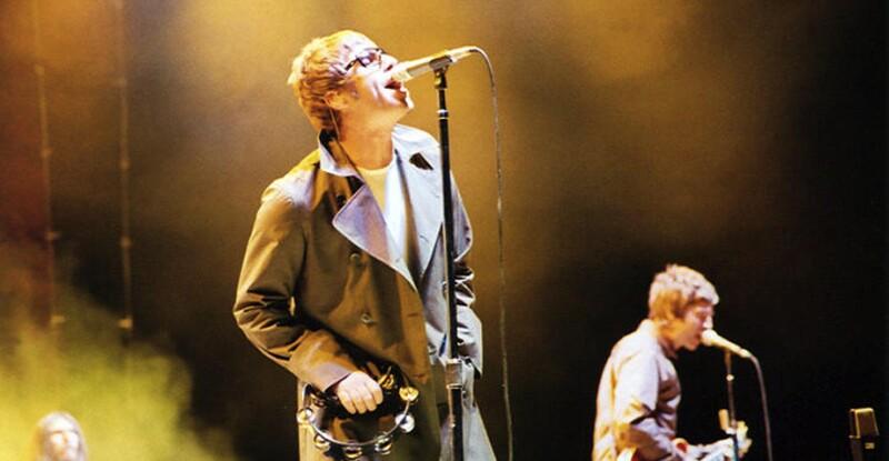 Noel y Liam Gallagher tocando en 2005