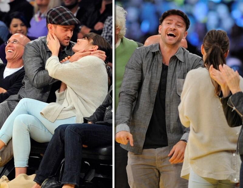 El sábado, durante el partido de basketball entre Lakers de Los Ángeles y Denver Nuggets, los recién comprometidos no dejaron de demostrar su amor con besos que parecían de película.