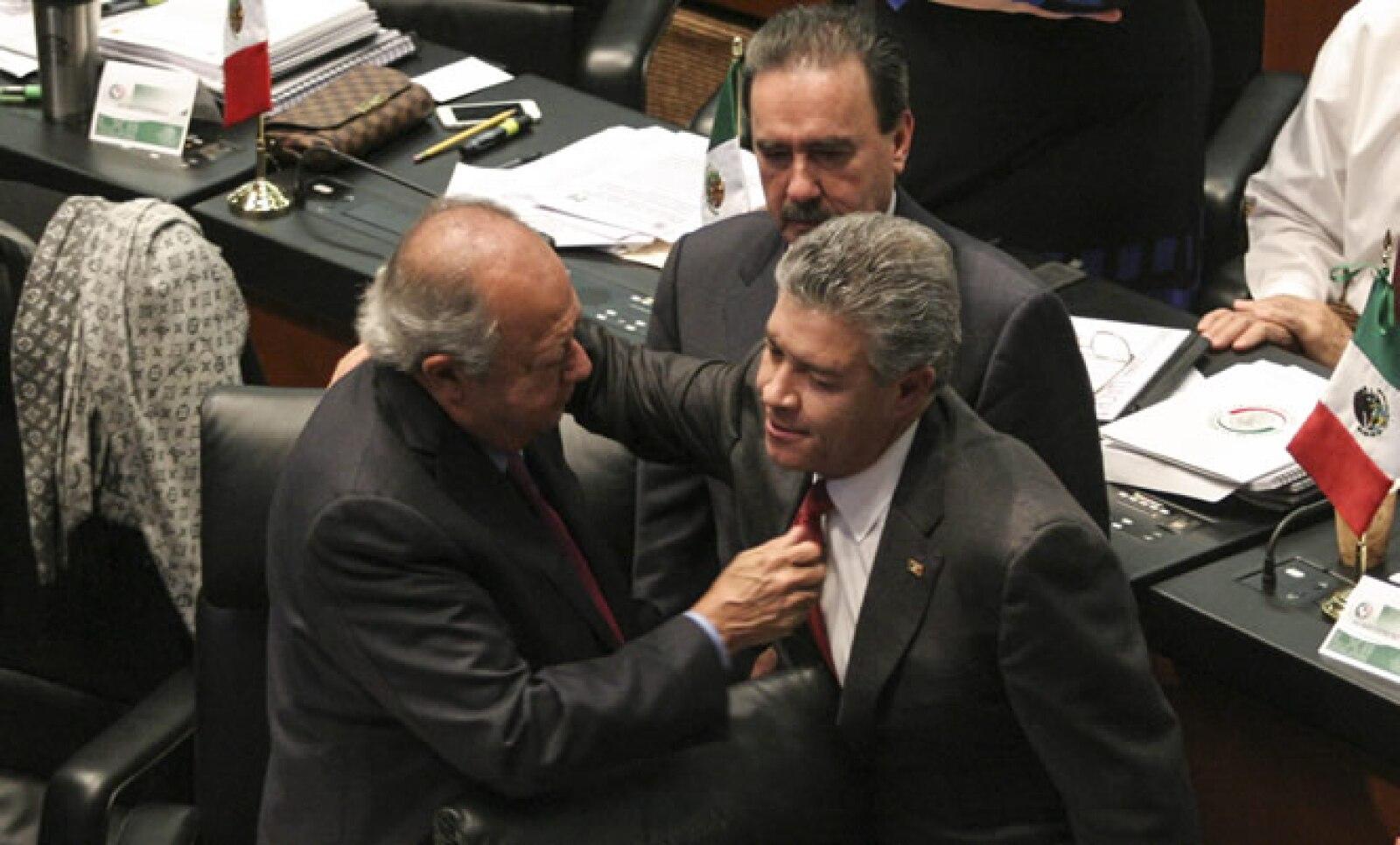 Los senadores aprobaron por la madrugada la reforma energética, que entre sus puntos plantea dejar fuera del Consejo de Administración de Pemex al sindicato petrolero liderado por Carlos Romero Deschamps (i).