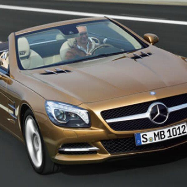 El SL 500, Mercedes Benz más amplio, ligero y 30% más eficiente que su predecesor; su techo panorámico es abatible en 20 segundos y la expulsión dosificada del líquido en los parabrisas no moja a los ocupantes.