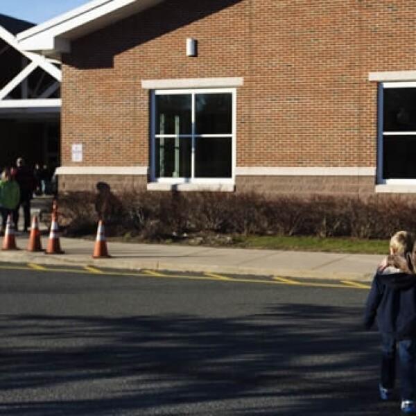 un padre de familia va a recogar a su hijo a otra escuela