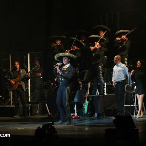 En la segunda parte del concierto Alejandro cambió el vestuario y cantó sus baladas pop.
