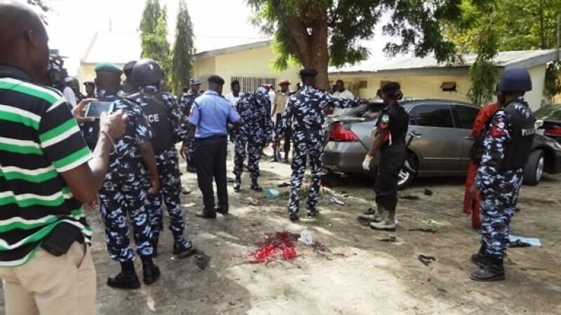 Autoridades militares y policiacas inspeccionan el lugar en donde una detonación mató a ocho personas e hirió a varios más