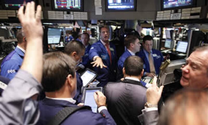 Las acciones se comportaban mixtas al final de la sesión, pero el recorte a la calificación de Bélgica determinó la caída de los mercados al final de la jornada. (Foto: Reuters)