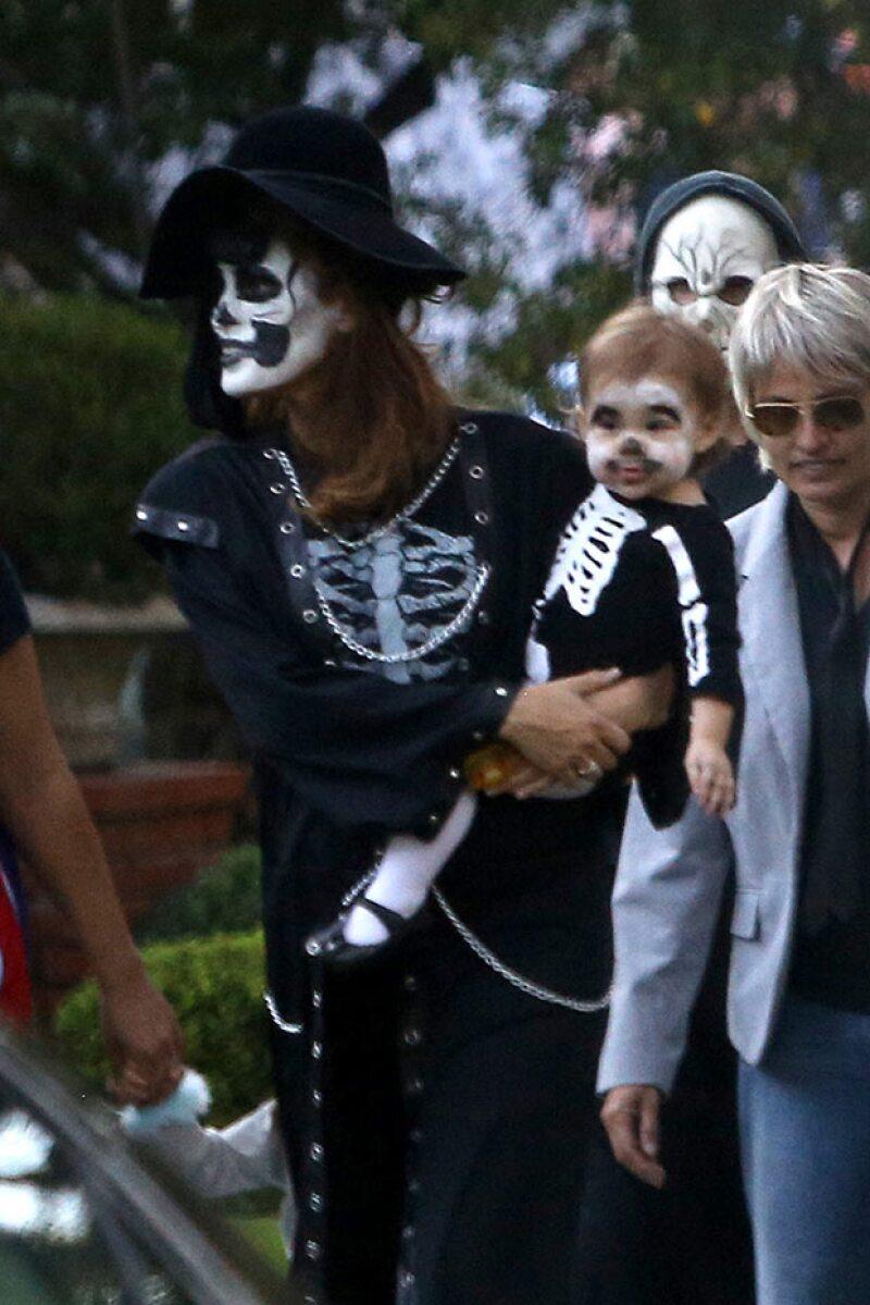 Eva Mendes con su primogénita Esmeralda recorriendo las calles de Los Angeles.