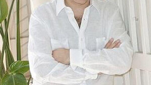 El cantante mexicano aclaró que el trabajo será la única forma de volverse a hacer de propiedades, tras quedarse en bancarrota debido a su divorcio.