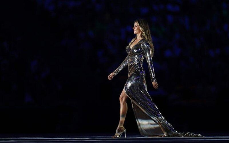 Aunque la top model se había despedido hace algunos meses de las pasarelas, regresó por única ocasión al Estadio Maracaná, donde se dejó ver con un vestido que dejó a todos con la boca abierta.