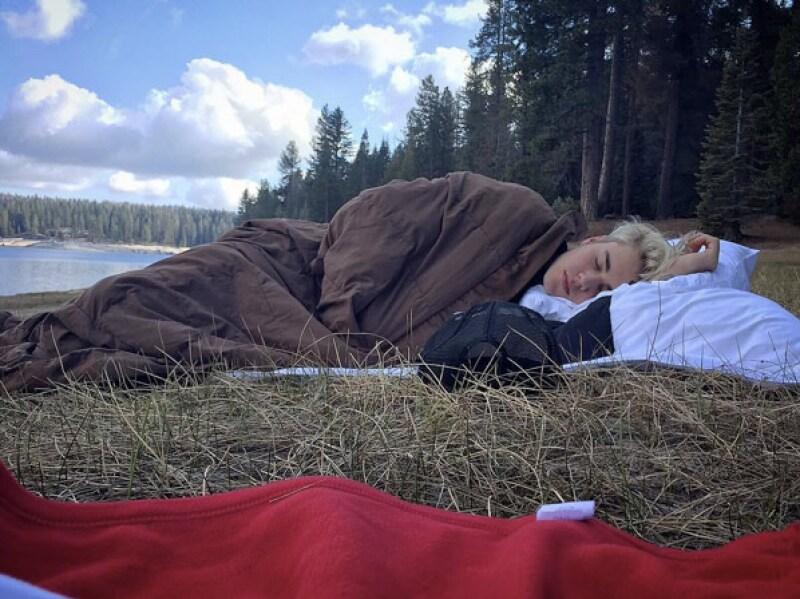 El cantante aprovecha su gira mundial para acampar con amigos y fotografiarse sin ropa... una vez más.