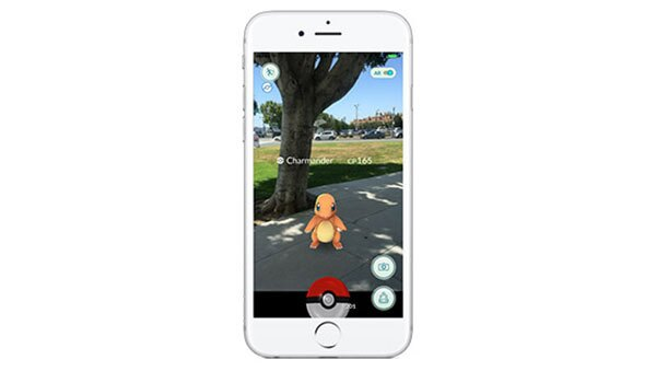 En el juego, se pueden enontrar Pokémons a través de la cámara del celular.