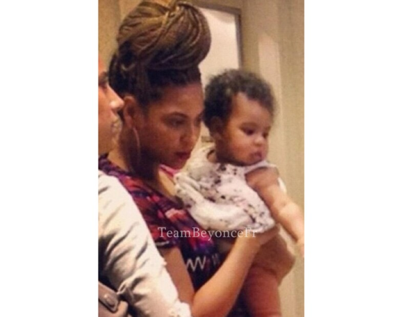 La cantante estadounidense fue captada al lado de su pequeña hija paseando por las calles de Nueva York.