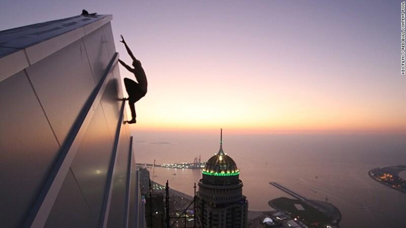 El escalador urbano Oleg Cricket en acción en Dubái, diciembre de 2015