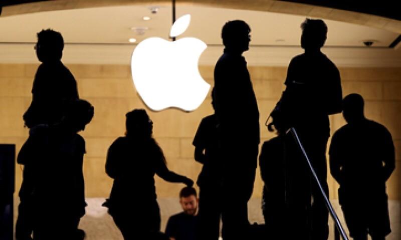 Las acciones de Apple, que han subido casi 19% este año, pierden este miércoles 5.12%. (Foto: Reuters )