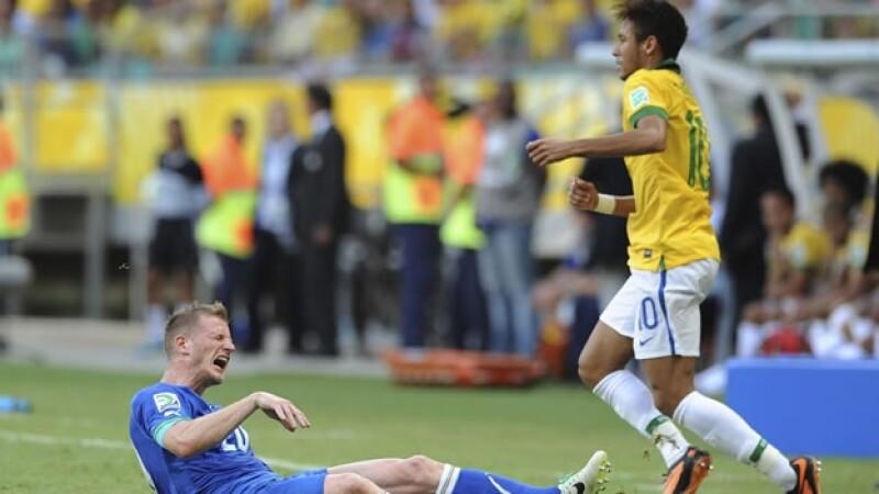 Neymar comete falta ante Italia