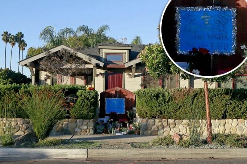Algunos admiradores se siguen acercando a la casa del actor para dejar flores y mensajes de despedida.