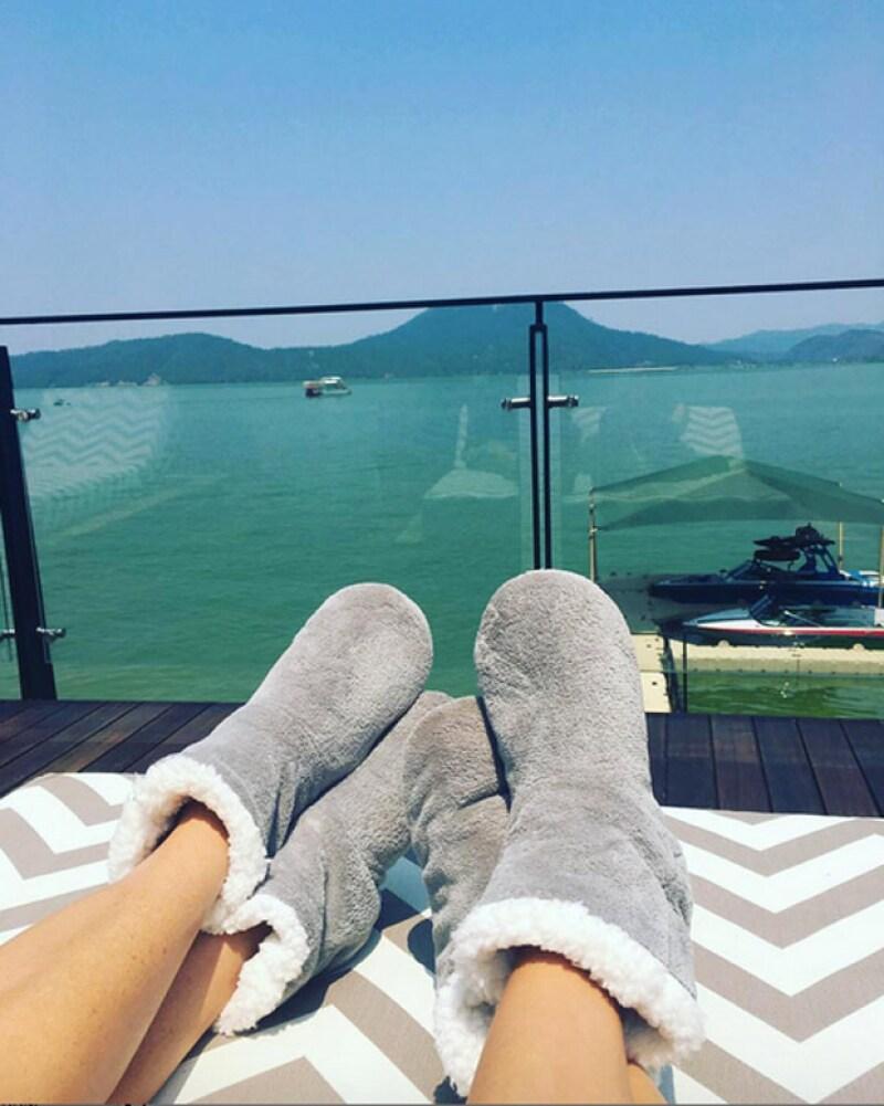 Goodbye heels! La ahora esposa de Pepe Bastón descansa en una terraza de Valle de Bravo junto a su amiga.