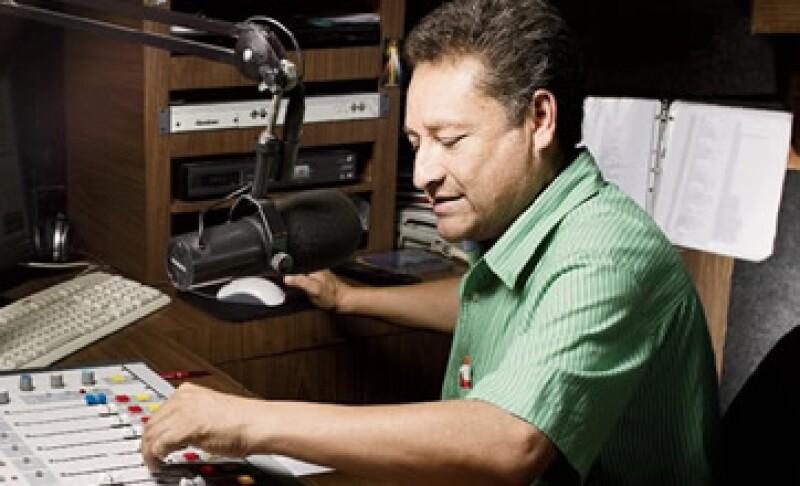 Francisco Castillo, 'El güero', transmite su programa por AM en la estación Radio Reyna, en Guanajuato, pero migrará a FM para conseguir más anunciantes. (Foto: Carlos Aranda/Monda Photo)