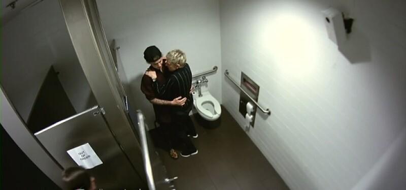 Durante el programa de la conductora, ambos decidieron jugarle una broma a las fans del canadiense, escondiéndose en un baño para asustarlas.