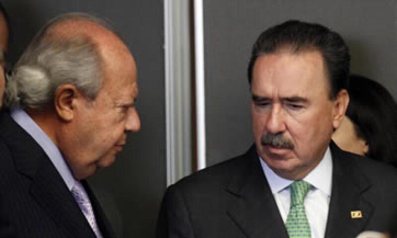 Carlos Romero Deschamps, líder del sindicato petrolero –izq-, conversa con el coordinador priista, Emilio Gamboa. (Foto: Notimex)