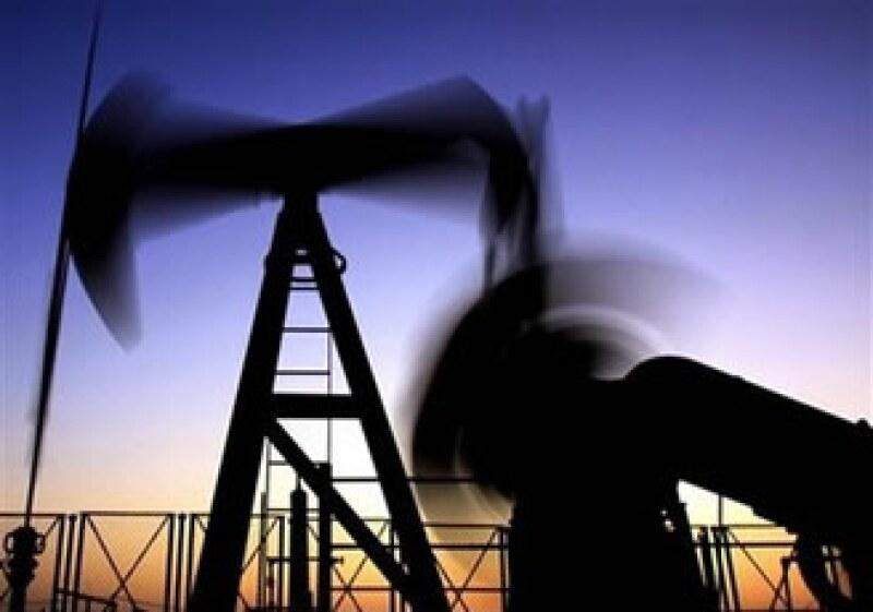 Operadores comentaron que se registraron fuertes ventas porque la cotización del crudo no rebasó los 73 dólares. (Foto: AP)