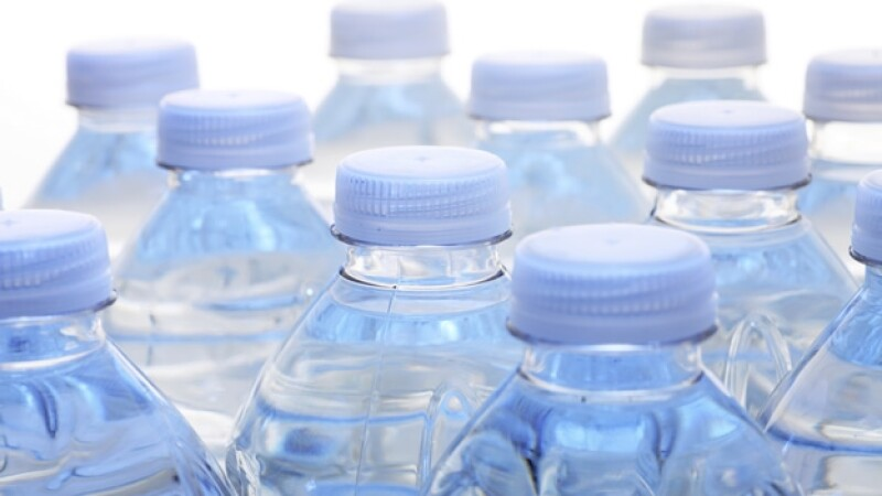 botellas de plastico con agua