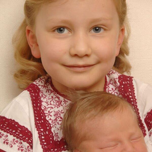 Es muy cariñosa con sus hermanos en las diferentes sesiones de fotos.