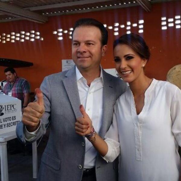 El candidato a la gubernatura de Durango por el PRI, Esteban Villegas, emitió su voto acompañado de su esposa.