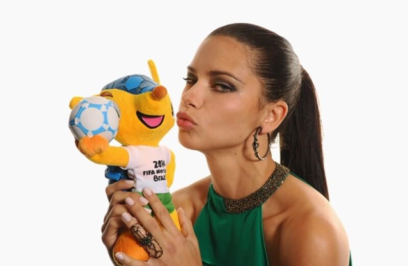 "El ""ángel"" con la mascota de Brasil 2014, Fuleco."