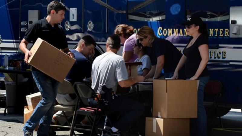 Agentes federales registran artículos decomisados al Cartel de Sinaloa en Los Ángeles, California, este miércoles