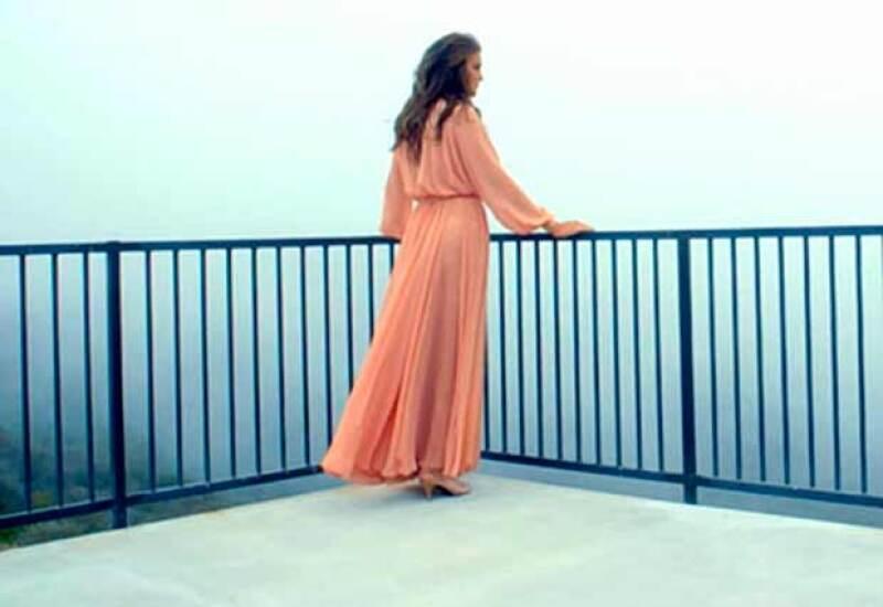 En el avance Caitlyn luce muy femenina con vaporoso vestido color durazno.