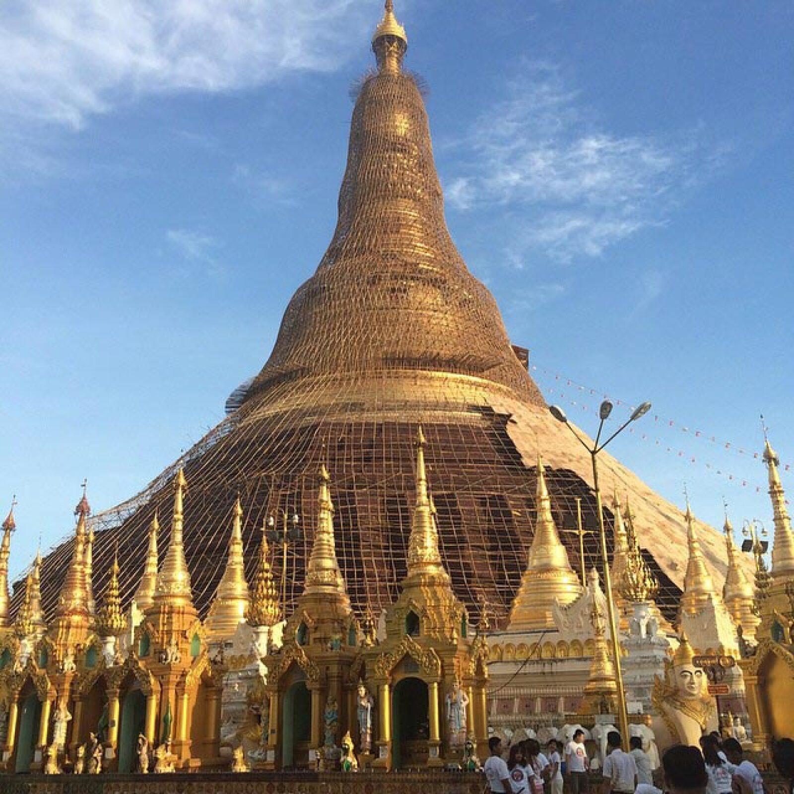 Cerca del río de Yangon, en la Pagoda Botataung en Birmania, la cual fue reconstruida después de la Segunda Guerra Mundial.