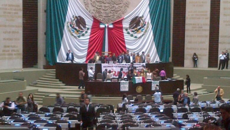 Los diputados, que anunciaron un ayuno de 24 horas en protesta, denuncian que el PRI y el PAN buscan pasar la minuta al pleno, sin que pase por comisiones.