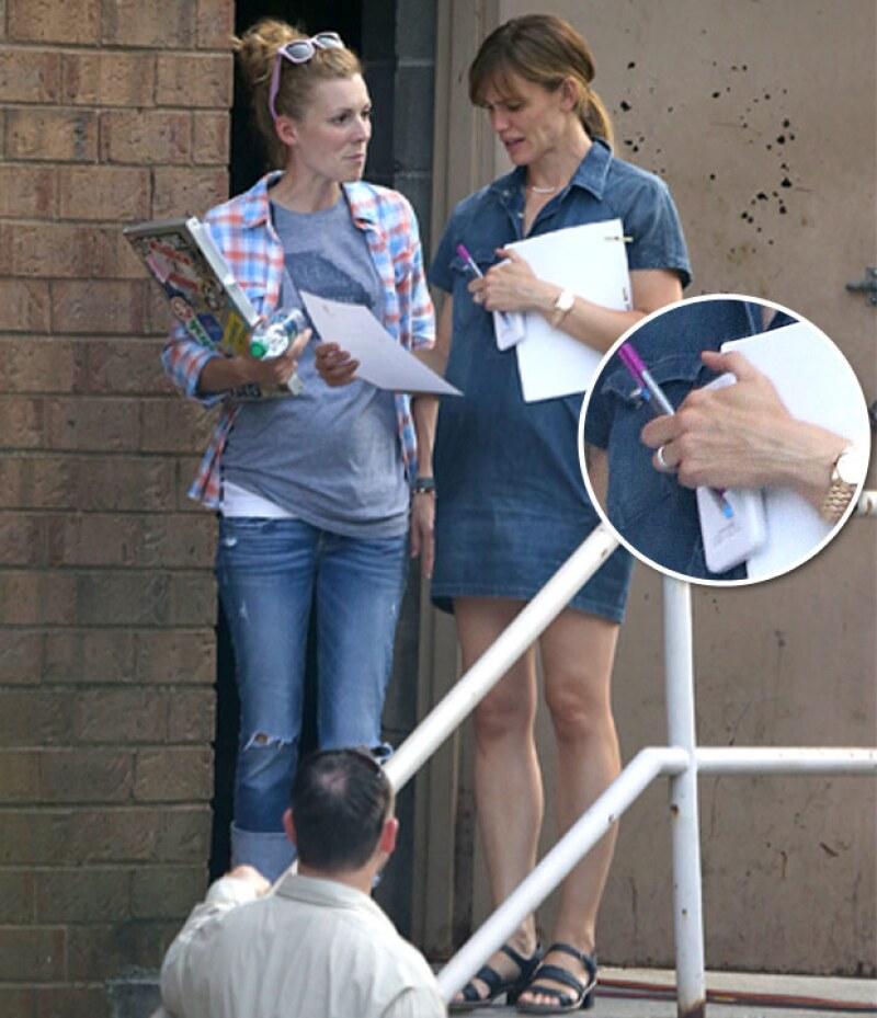 Tras haberse anunciado su separación de Ben Affleck, la actriz es captada por vez primera, siendo su dedo anular el protagonista pues, a diferencia de su ex, ella todavía porta su anillo.