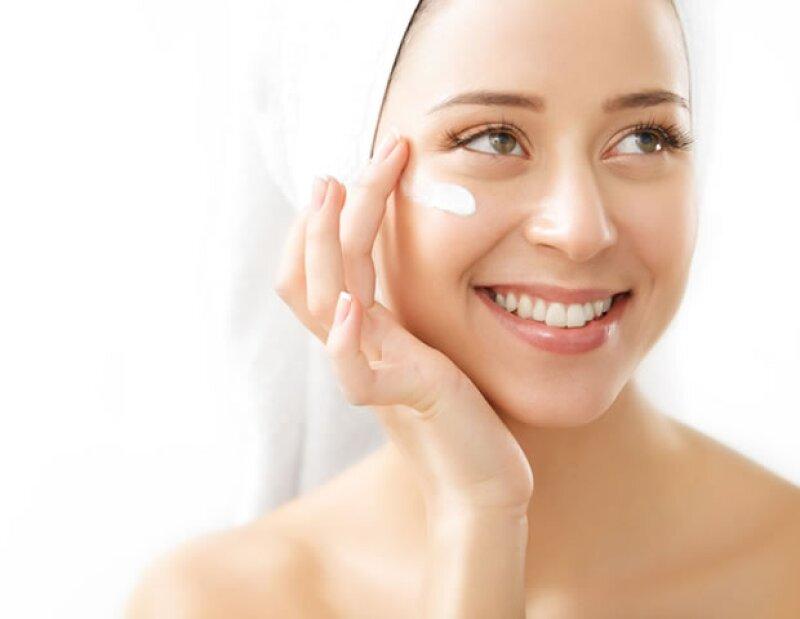 La contaminación seca la piel y es importante humectarla constantemente.
