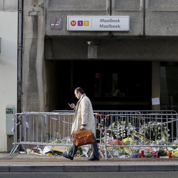 Luego de que el pasado 22 de marzo explotara una bomba en un de los vagones, matando a 16 personas, la estación permaneció sin servicio. Muchos de los transeúntes rindieron homenaje a las víctimas en la entrada de la estación Maelbeek.