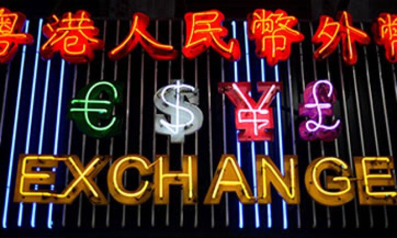 Las políticas de los bancos centrales para alentar el crecimiento debilitan en la práctica a las divisas.  (Foto: Cortesía CNNMoney.com)