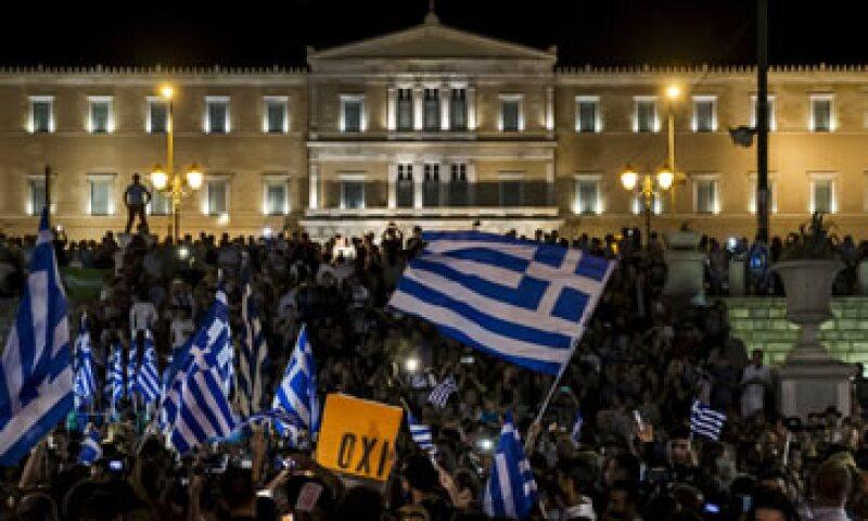 Griegos que votaron por el 'no' celebran el resultado en Atenas. (Foto: Reuters )