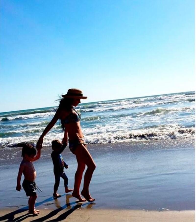La conductora viajó hace unos meses a la playa con sus hijos y así de plano lucía su abdomen. ¿Se ve igual ahora?