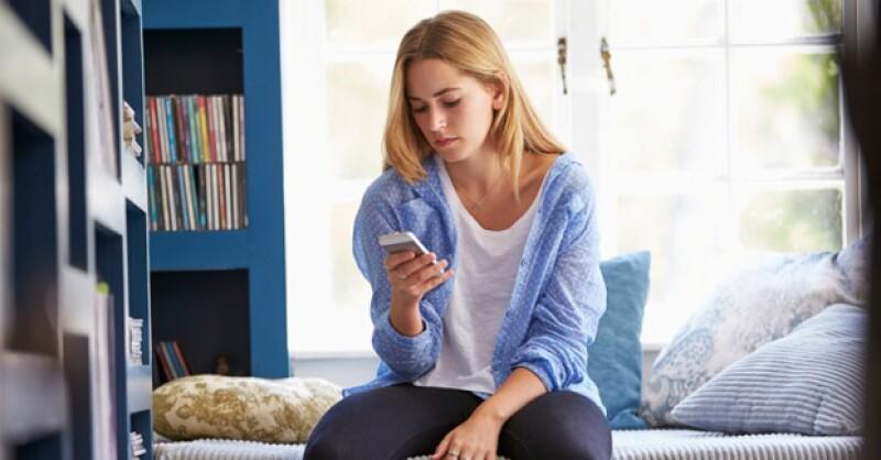 Típico que estás todo el día revisando tu teléfono para ver si ya te escribió o checas si se ha conectado recientemente y ¡no te ha escrito! Deja de sufrir, aquí te decimos como descifrar sus señales.