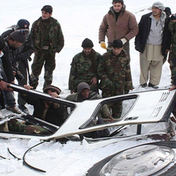 voluntarios y soldados buscan sobrevivientes de avalancha en paso salang