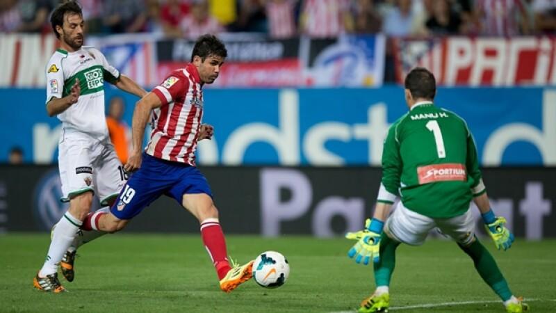 El delantero del Atlético de Madrid Diego Costa intenta anotar un gol ante el Elche