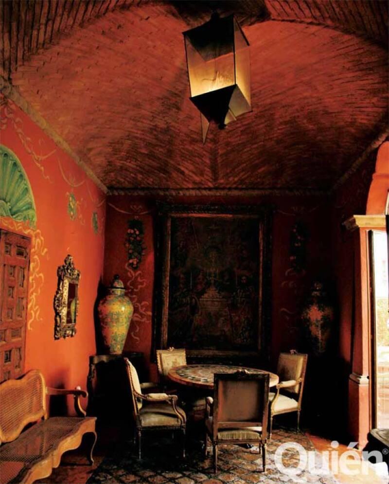 El salón con boveda con ladrillo abre la casa hacia los patios y pasillos posteriores.