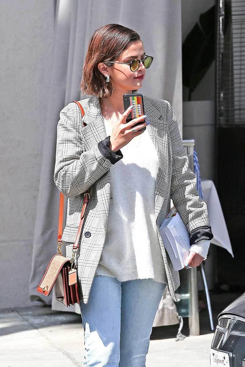 Selena en Beverly Hills con su biblia.