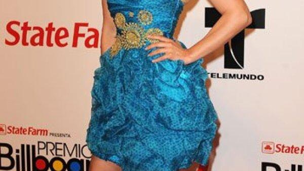 Con un vestido azul strapless, la cantante mexicana Thalía lució muy guapa a su llegada a la premiación.